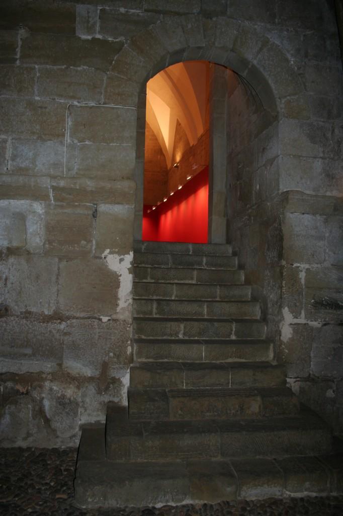 Escaleras de acceso a la Sala de la Campana desde el Salón del Trono. © Foto Museo de Huesca.