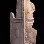 Estela. Arenisca. Cultura ibérica. 150 a.E.-100 d.C. La Vispesa (Tamarite de Litera, Huesca). NIG.03691. © Foto Fernando Alvira. Museo de Huesca.