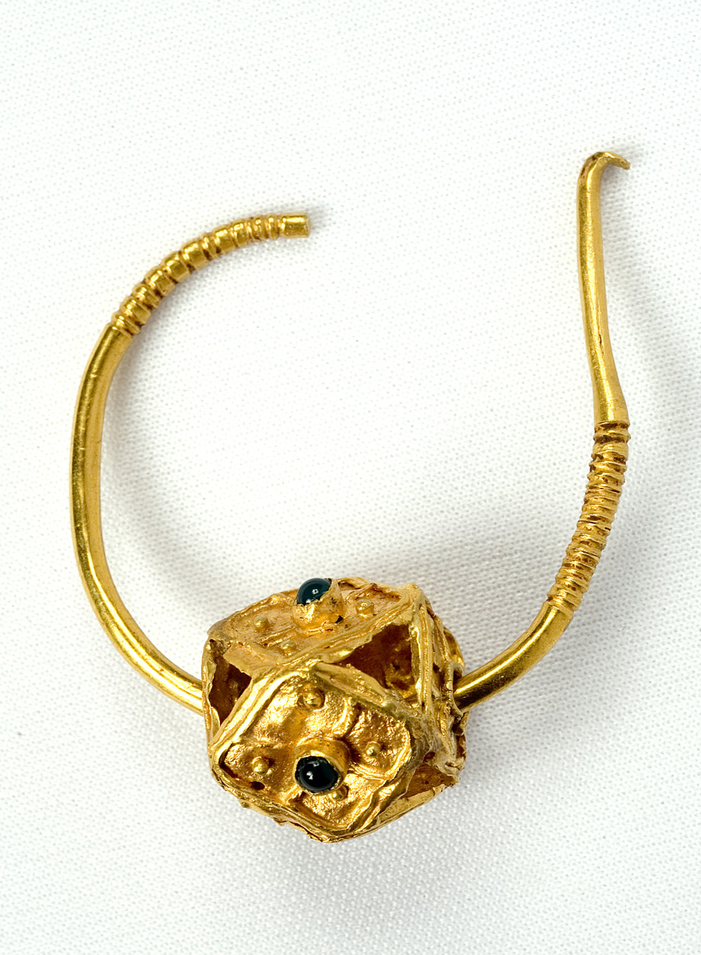 Pendiente. Oro. Visigodo. 500-650. Fuentes de Aquillán (Ibieca, Huesca). NIG. 07186. © Foto Fernando Alvira. Museo de Huesca.