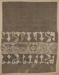 Tiraz islámico. Seda. Época califal tardía 1001-1100. Ermita de Colls (Puente de Montañana, Huesca). NIG. 01542. © Foto Fernando Alvira. Museo de Huesca.