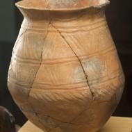 Vaso. Cerámica. Bronce reciente. Yacimiento de Vincamet. (Fraga, Huesca). NIG. 08234. © Foto Fernando Alvira. Museo de Huesca.