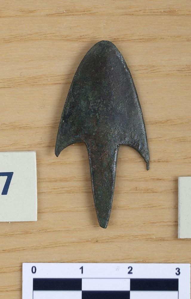 Punta de flecha. Bronce. I Edad del Hierro. Cueva del Moro (Alins del Monte, Huesca). NIG. 07711. © Foto Fernando Alvira. Museo de Huesca.