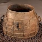 Vasija. Cerámica . Edad del Bronce. Yacimiento de Sosa. (Azanuy, Huesca). NIG.10363. © Foto Fernando Alvira. Museo de Huesca.