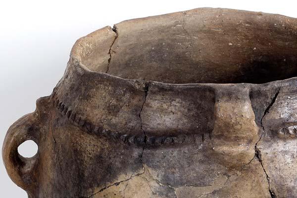 Vasija. Cerámica. Neolítico. 4.000 a.E. Cueva de Chaves (Bastarás, Huesca). NIG. 09000. © Foto Fernando Alvira. Museo de Huesca (detalle).