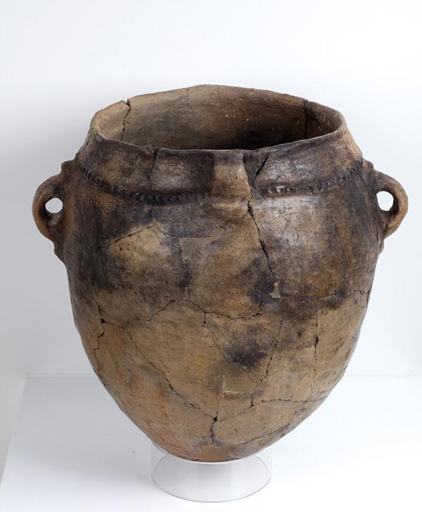 Vasija. Cerámica. Neolítico. 4.000 a.E. Cueva de Chaves (Bastarás, Huesca). NIG. 09000. © Foto Fernando Alvira. Museo de Huesca.