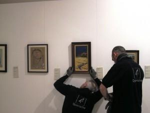 La empresa de transporte descuelga las pinturas en sala (Fot.MdH)