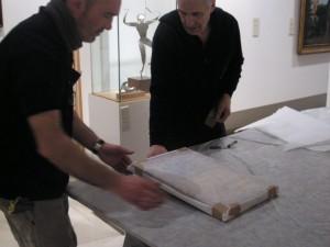 Envolviendo una de las obras en papel neutro (Fot.MdH)
