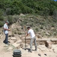 Labores de topografía de las estructuras del yacimiento II.(Fot.MdH)