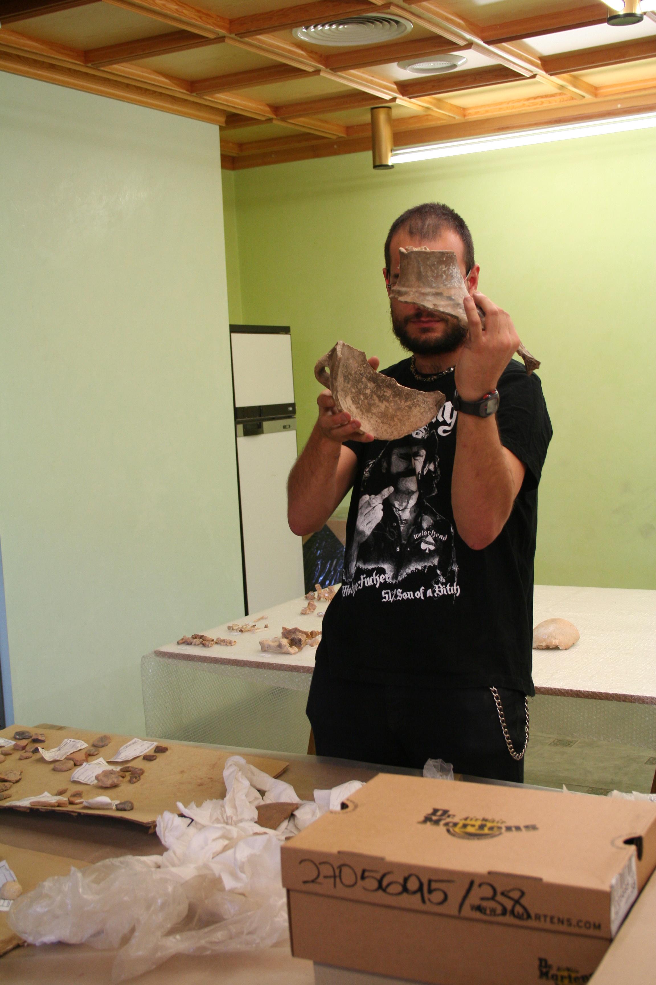 R.Laborda estudiando materiales neolíticos(Fot.MdH)