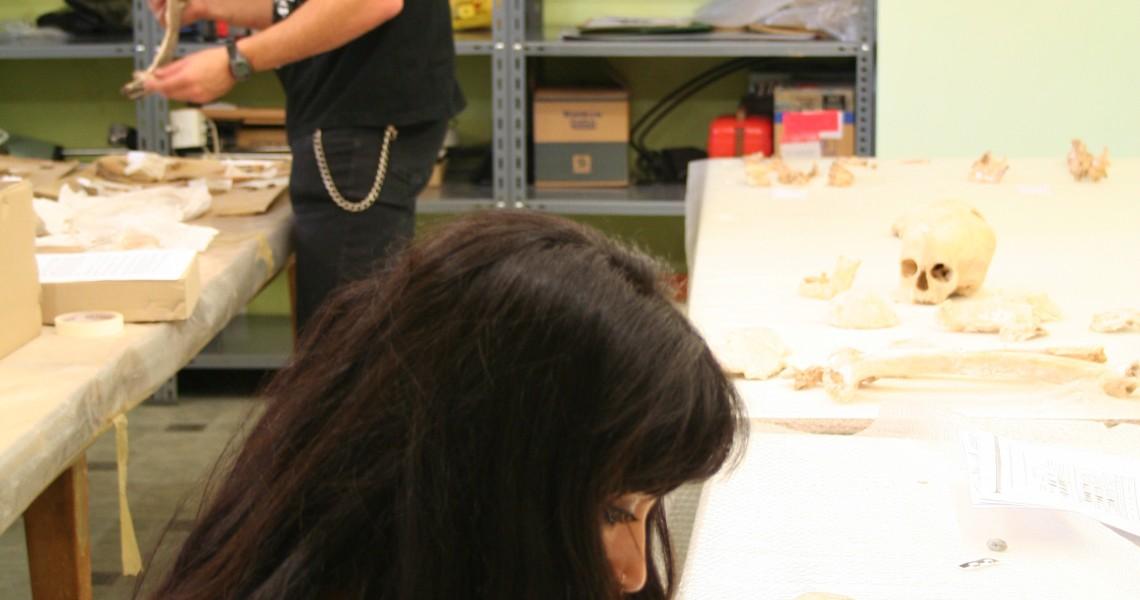 V.Villalba estudiando restos óseos(Fot.MdH)