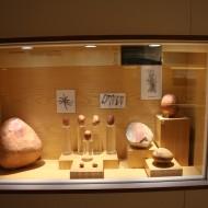 Museo de Huesca. Sala 1, vitrina 17. Cantos rodados de la cueva de Chaves. (Fot. MdH)