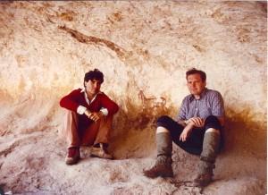 """Vicente Baldellou y Albert Painaud con """"el ciervo"""" de Chimiachas. 1983. Archivo Albert Painaud."""