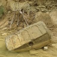 Sepulcro de Bailo en el cauce del río Asabón. Fot. Archivo MdH