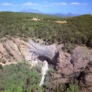Vista del Real Monasterio de San Juan de la Peña y del Monasterio Nuevo de San Juan de la Peña, Botaya (Huesca) - Archivo del Gobierno de Aragón